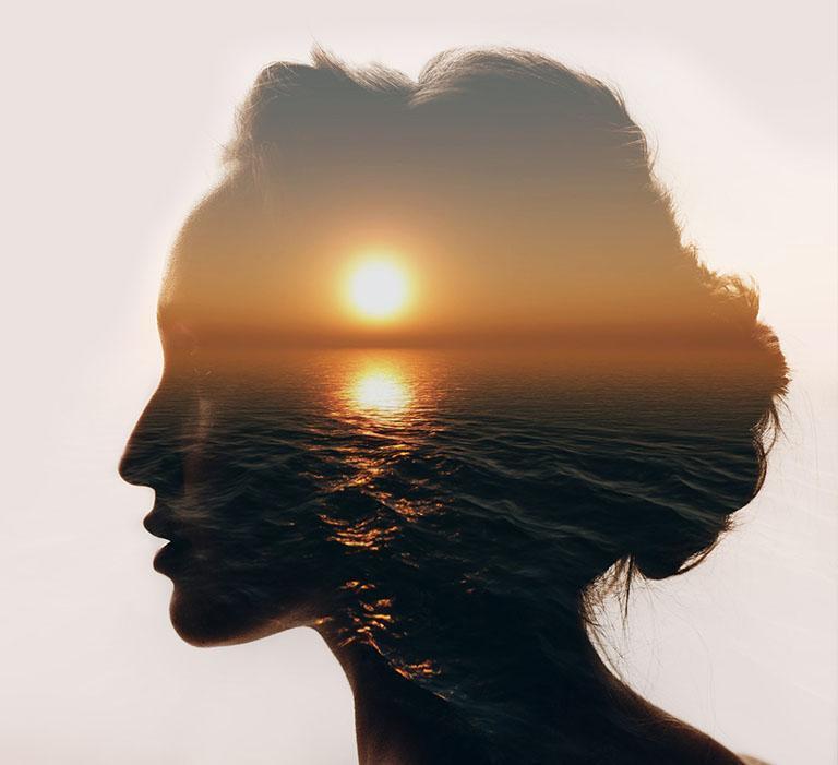 obrazek kobiety izachodu słońca